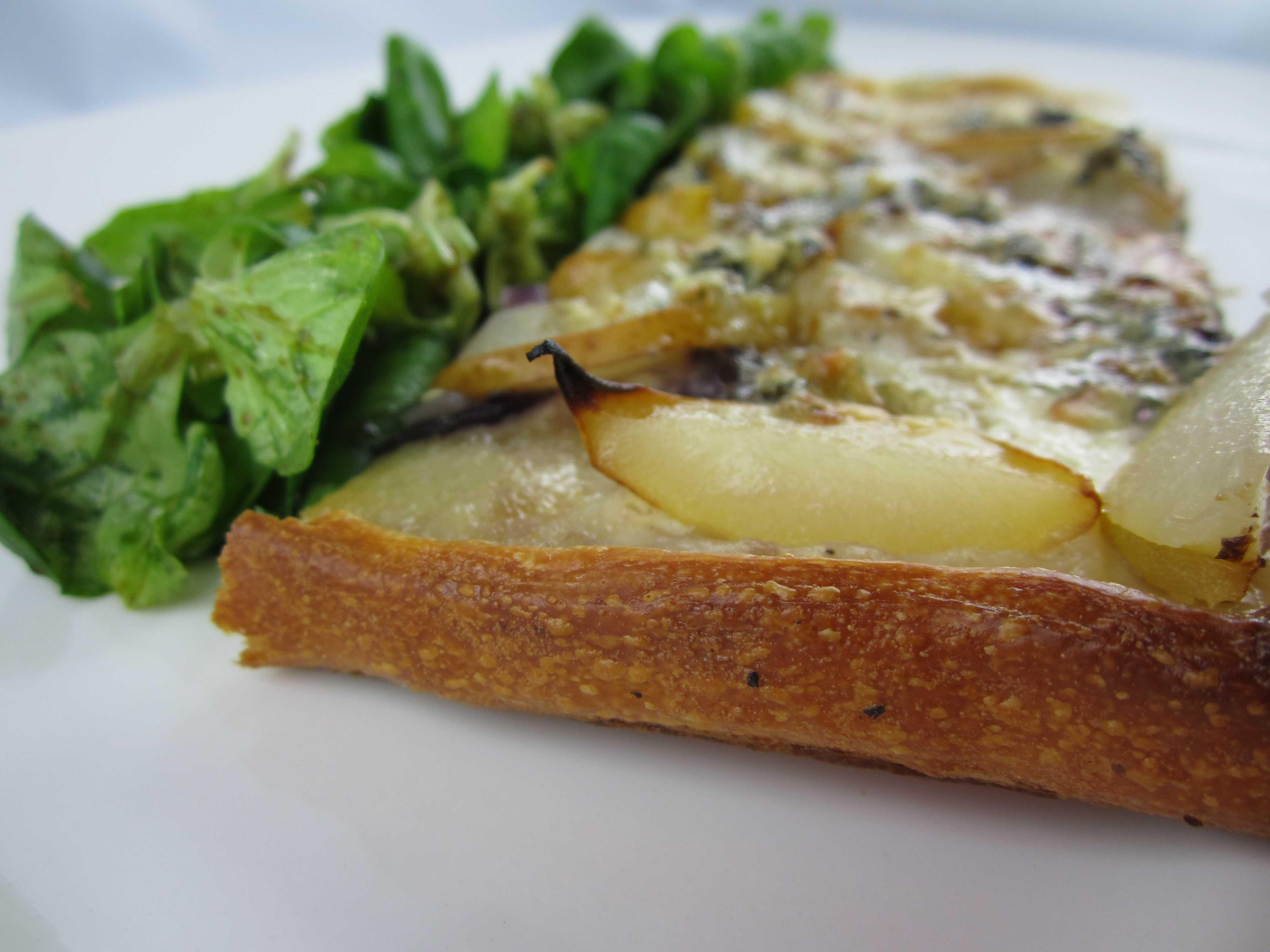 Slideshow pizza mit roter zwiebel birne und gorgonzola for Boden italienisch