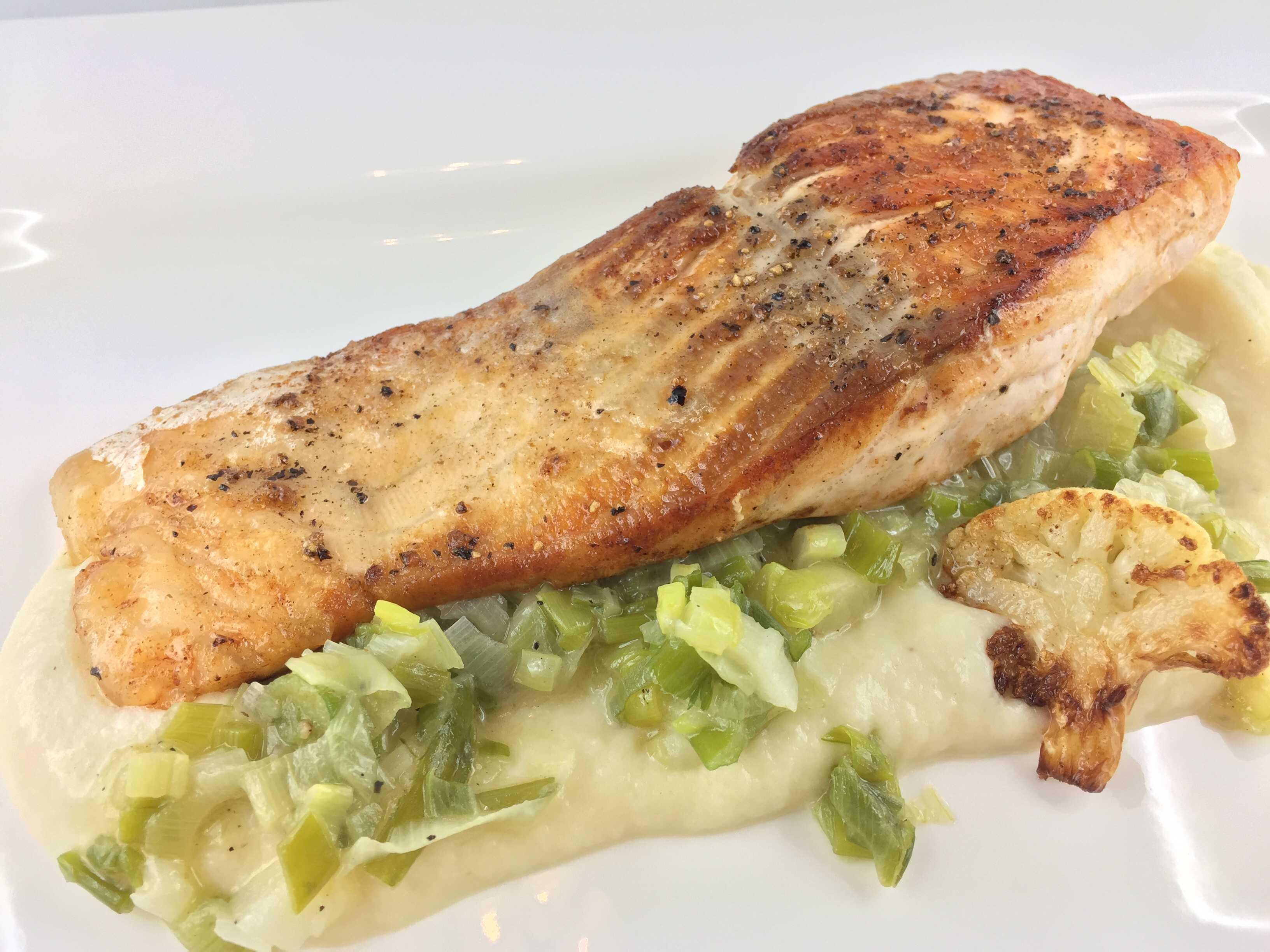 Fisch mit Karfiolpüree und Frühlingszwiebeln